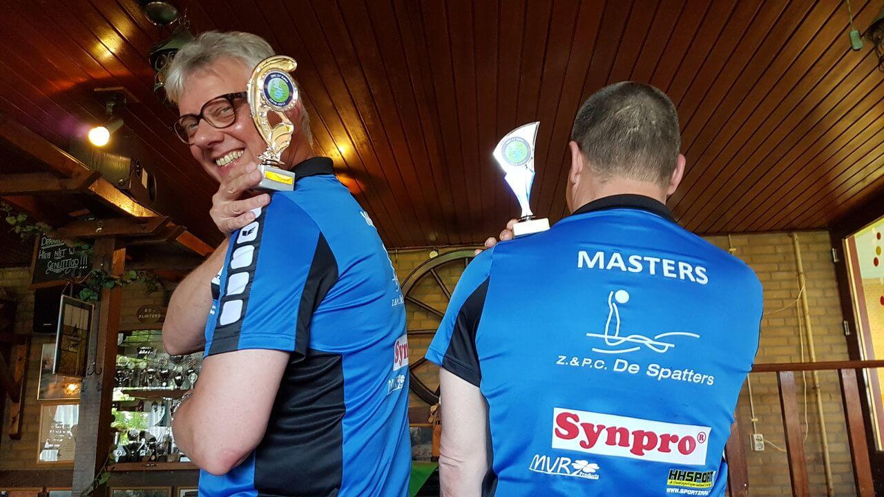 Jan Haitsma en Roelof Broekman met de bekers.