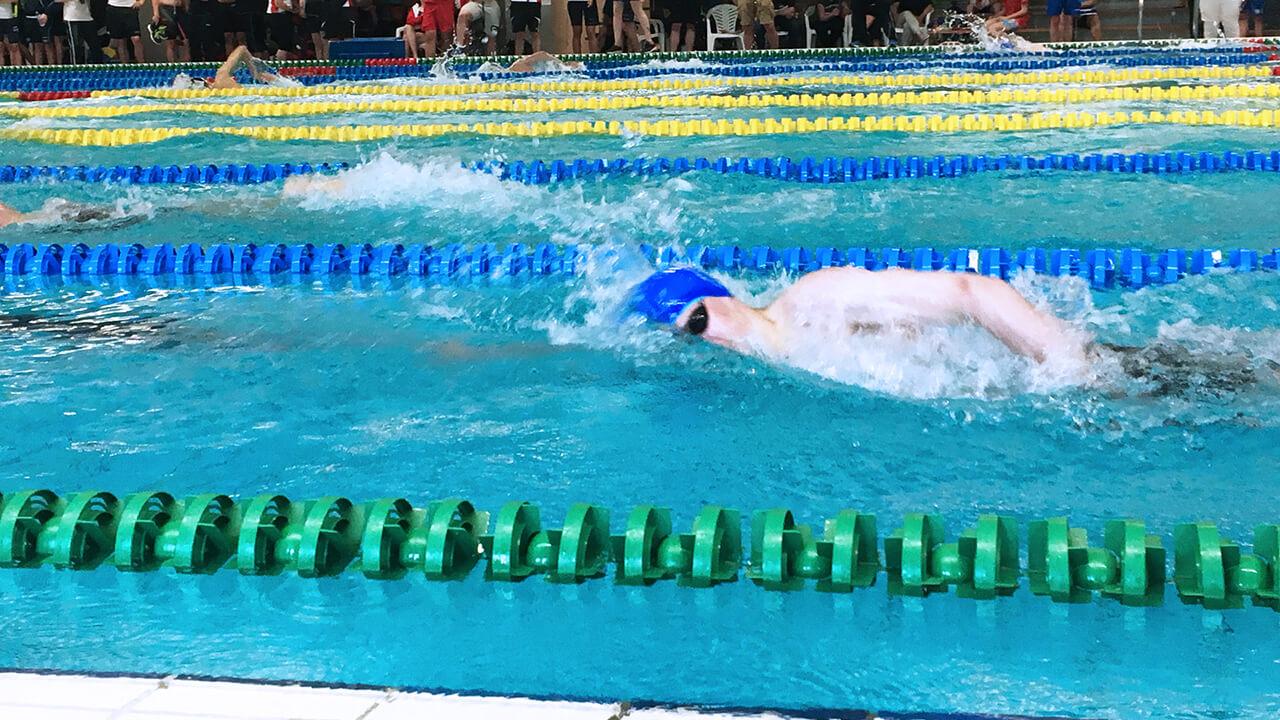 David Scheffer van TriVia Groningen tijdens de 200 meter vrije slag.